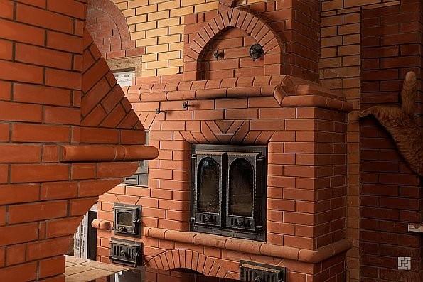 Если Вы решили построить печь, то оптимальным материалом для ее строительства является кирпич в силу экономичными, надежными и теплоемкими.