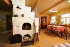 Дизайн деревянной гостиной с русской печью
