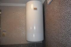 Прикрепленный к стене нагреватель воды