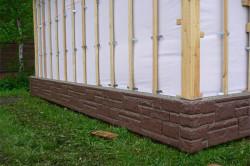 Для защиты от грызунов крепиться цокольный профиль по низу фасада.