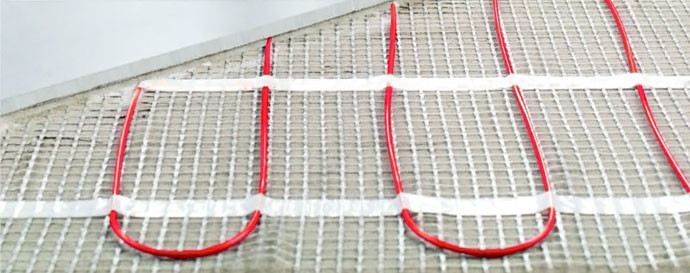 Для Вашего удобства ввиду того, что электричество бывает практически всегда, на пол лучше уложить электрические кабели.