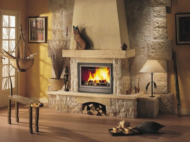 Камин придает интерьеру чувство роскоши, достатка и благополучия. Его можно соорудить своими руками на свой вкус.