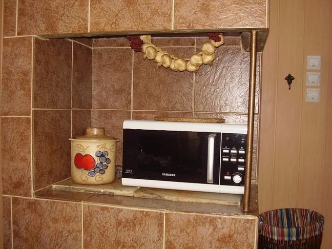 Керамическая плитка является красивым и экономичным вариантом отделки печи.