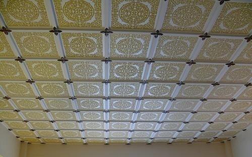 Потолок оклеенный плиткой из пенопласта