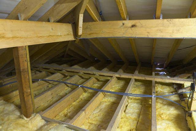 Утепление потолка в деревянном доме стекловатой