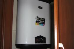 Если Вы хотите сэкономить место, можно установить водонагреватель в шкаф.