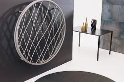 Рис 3: радиатор в виде абстрактной конструкции на стенке