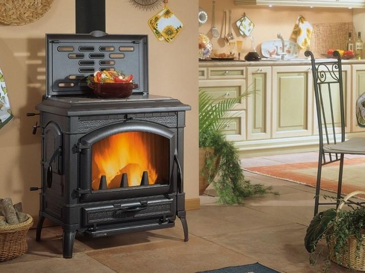 Для жителей домов, к которым не проведен магистральный газ, альтернативой является дровяное отопление.