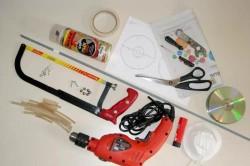 Инструменты для декупажа батареи: дрель, сверло и зенкер, дисковая пила, усорез, ножовка, строительный степлер, ножницы для жести, рулетка, карандаш