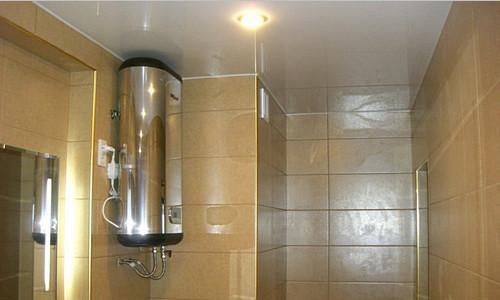 Накопительный водонагреватель в ванной комнате