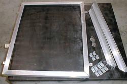 Рис. 2. Крепление стекла происходит за счет метизов.