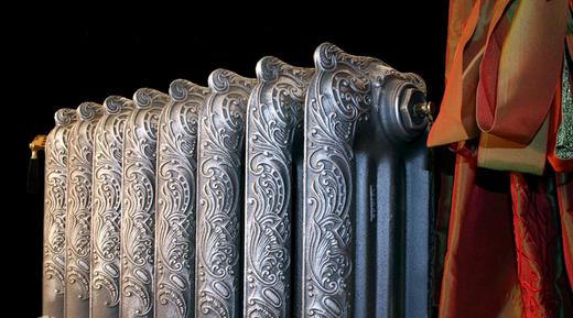Chugunnyi-radiator-otopleniya-vypolnennyi-v-stile-retro