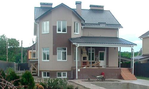 dom-s-cokolnim-etagom